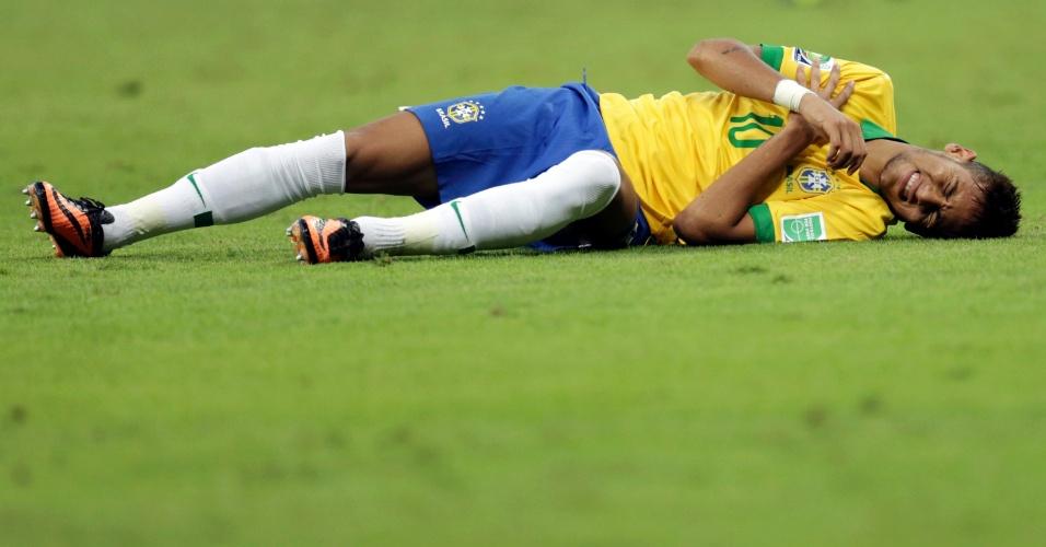 27.jun,.2013 - Neymar cai após sofrer falta na partida entre Brasil e Uruguai
