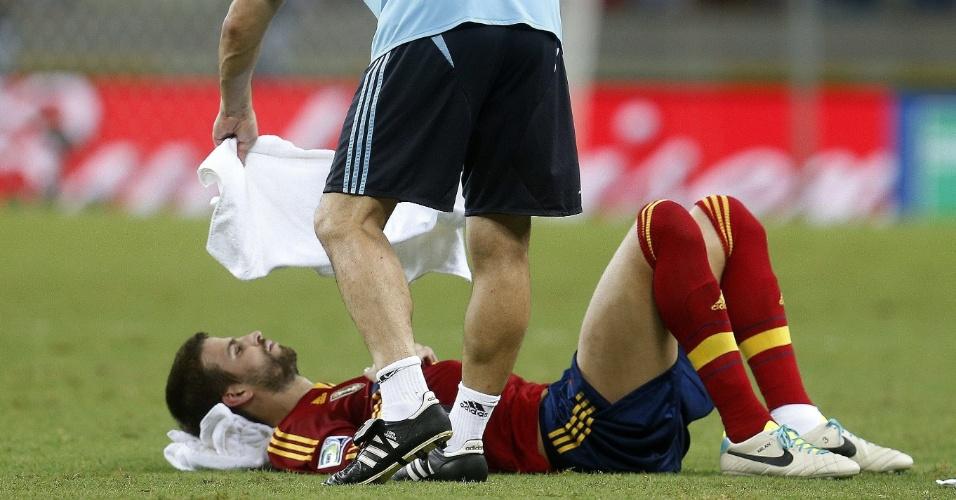 27.jun.2013 - Piqué tenta descansar e se refrescar antes da prorrogação de Espanha x Itália na semifinal da Copa das Confederações