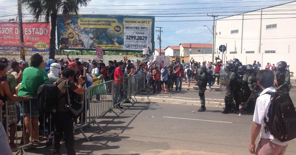 27.jun.2013 - Policia tenta acalmar manifestantes minutos antes do confronto