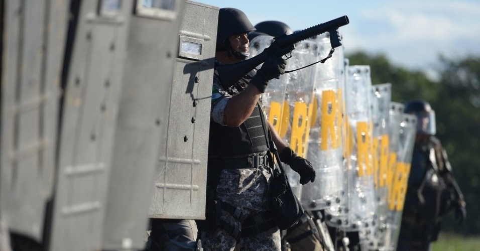27.jun.2013 - Policiais alinhados para conter protesto em Fortaleza