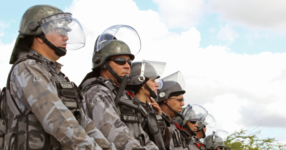 27.jun.2013 - Policiais formam barreira para impedir que manifestantes se aproximem do estádio do Castelão, onde Espanha e Itália se enfrentam