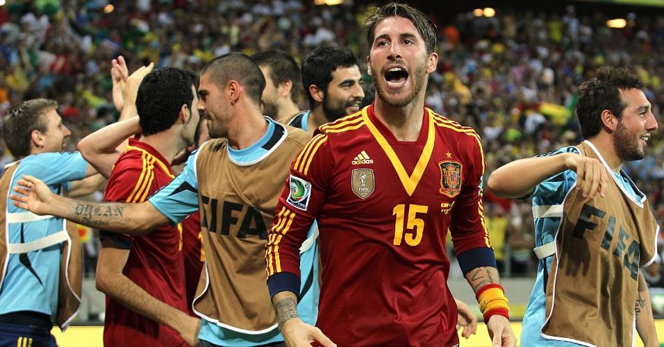 27.jun.2013 - Sergio Ramos e outros espanhóis comemoram a vitória sobre a Itália nos pênaltis e a classificação para a final da Copa das Confederações