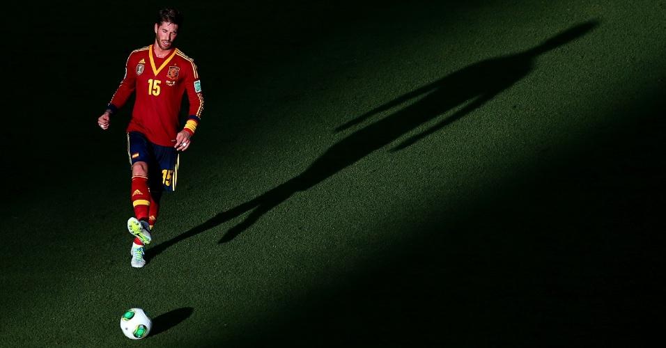 27.jun.2013 - Sombra do espanhol Sergio Ramos é vista no gramado do Castelão durante a semifinal da Copa das Confederações contra a Itália