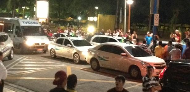 Taxistas interrompem trânsito na avenida Beira-Mar e protestam contra a Fifa em frente do hotel da Espanha