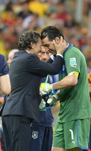27.jun.2013 - Técnico italiano Cesare Prandelli conversa com o goleiro Buffon antes da prorrogação contra a Espanha na semifinal da Copa das Confederações
