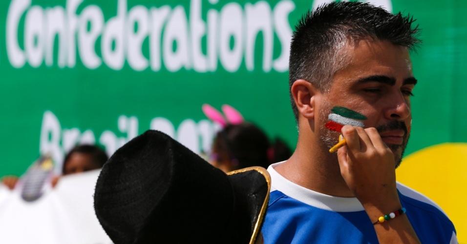27.jun.2013 - Torcedor pinta o rosto com as cores da bandeira da Itália para acompanhar o jogo contra a Espanha no Castelão