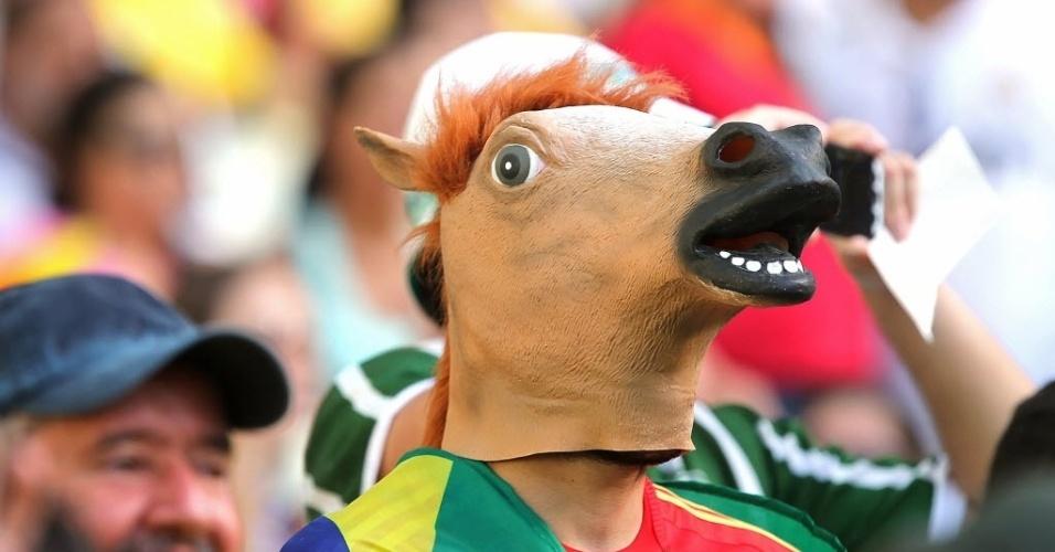 27.jun.2013 - Torcedor veste uma cabeça de cavalo para acompanhar partida entre Espanha e Itália na Copa das Confederações