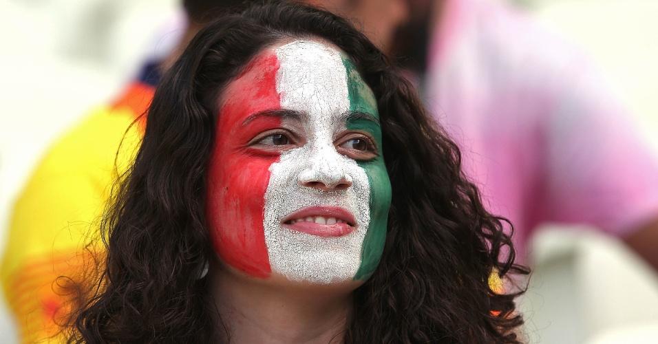 27.jun.2013 - Torcedora aguarda o início da partida entre Espanha e Itália pela semifinal da Copa das Confederações no Castelão