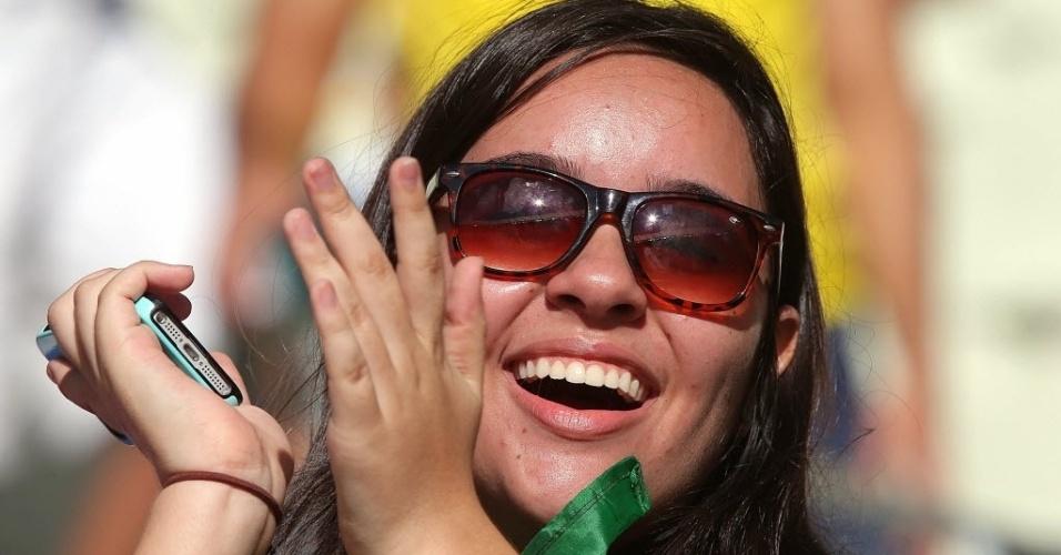 27.jun.2013 - Torcedora exibe sorriso antes da partida entre Itália e Espanha no Castelão
