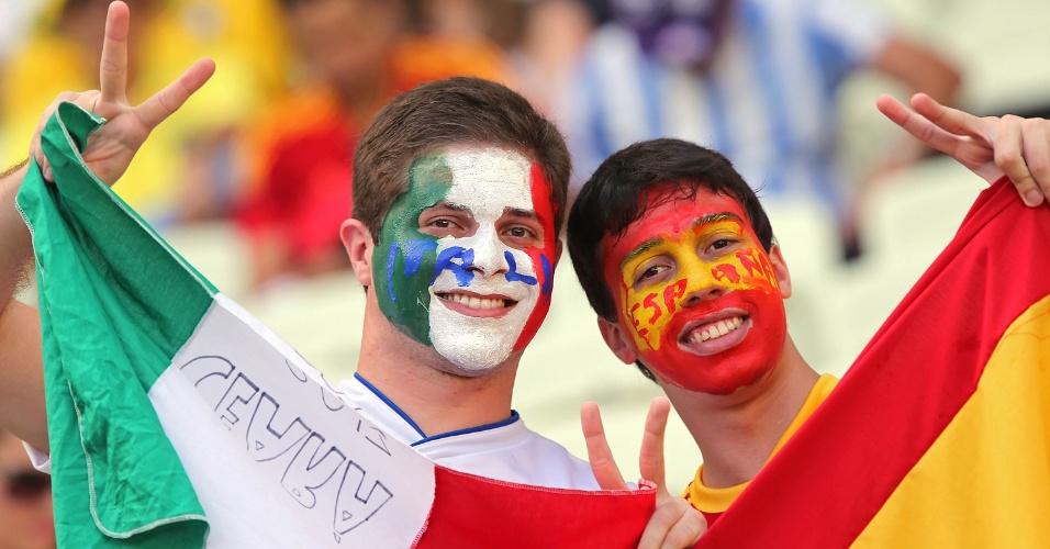 27.jun.2013 - Torcedores com bandeiras de Itália e Espanha aguardam o início da partida entre as duas seleções no Castelão; jogo é válido pelas semifinais da Copa das Confederações