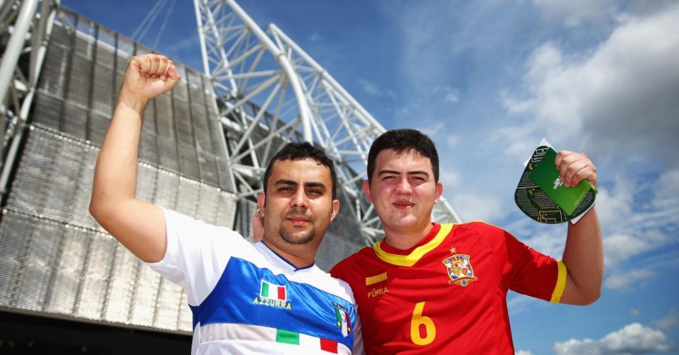 27.jun.2013 - Torcedores com camisas de Itália e Espanha aguardam o início da partida entre as duas seleções no Castelão; jogo é válido pelas semifinais da Copa das Confederações