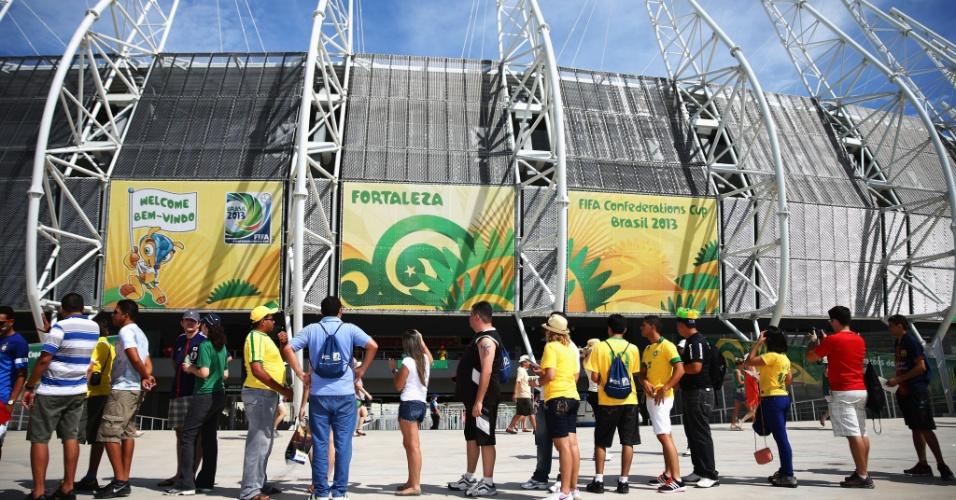 27.jun.2013 - Torcedores entram no estádio Castelão para assistir ao jogo entre Espanha e Itália pela semifinal da Copa das Confederações