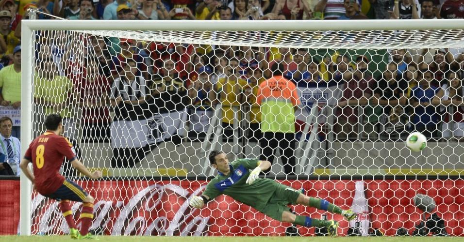 27.jun.2013 - Xavi converte sua cobrança na disputa de pênaltis da semifinal da Copa das Confederações