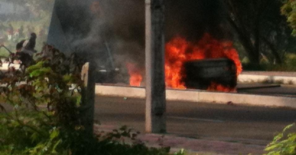 Carro é incendiado em Fortaleza durante manifestação no dia de Espanha x Itália