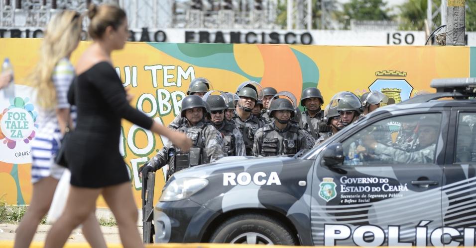 27.jun.2013 - Enquanto torcedores passam, polícia faz a guarda do estádio Castelão
