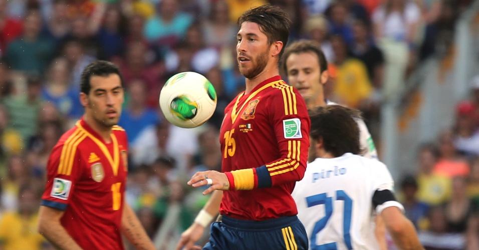 27.jun.2013 - Espanhol Sergio Ramos domina a bola e parte em lance da semifinal da Copa das Confederações entre Espanha e Itália