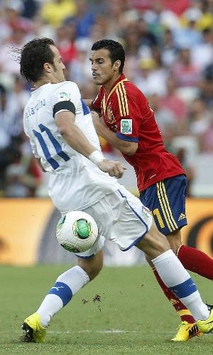 27.jun.2013 - Italiano Gilardino se posiciona e tenta conter o avanço do espanhol Pedro em lance da semifinal da Copa das Confederações entre Espanha e Itália