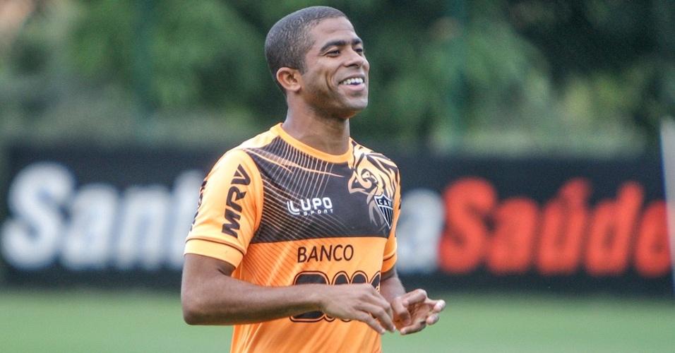 Lateral esquerdo Júnior César durante treino do Atlético-MG na Cidade do Galo (17/5/2013)