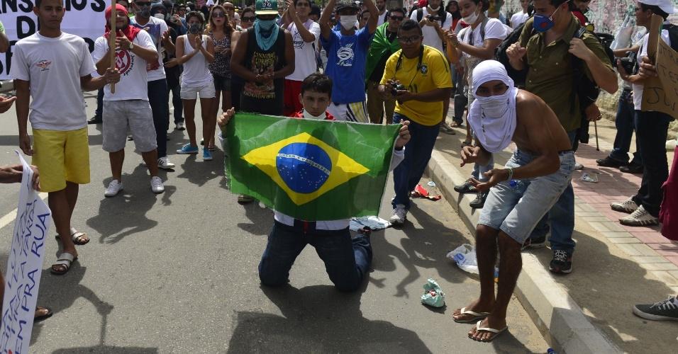 27.jun.2013 - Manifestantes exibem faixas e bandeiras contra a Copa das Confederações nas redondezas do estádio Castelão, em Fortaleza