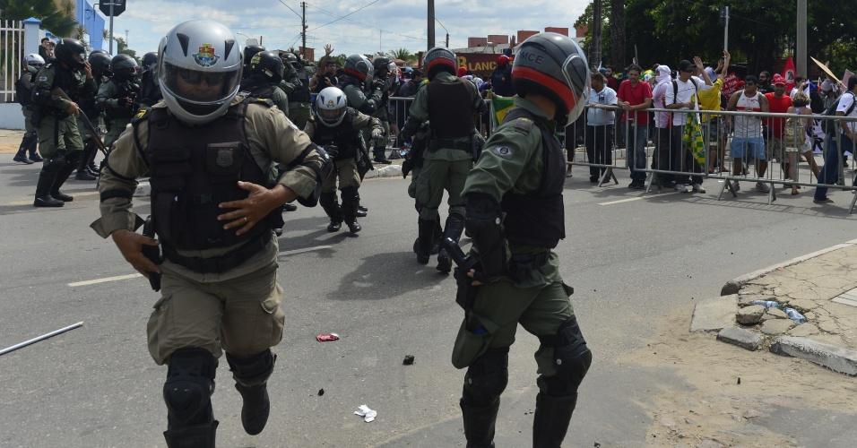 27.jun.2013 - Policiais fogem de pedra atirada por manifestantes nas redondezas do Castelão, em Fortaleza
