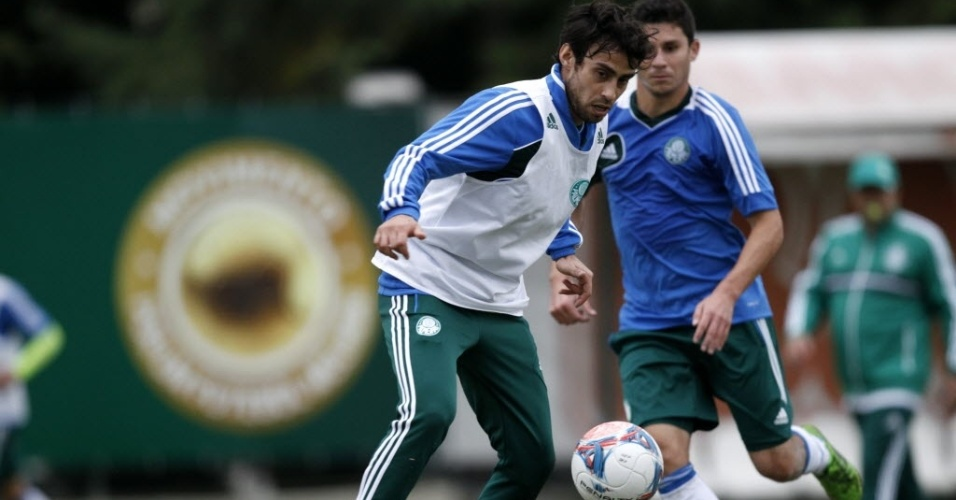 Valdivia recebe bola durante treino do Palmeiras