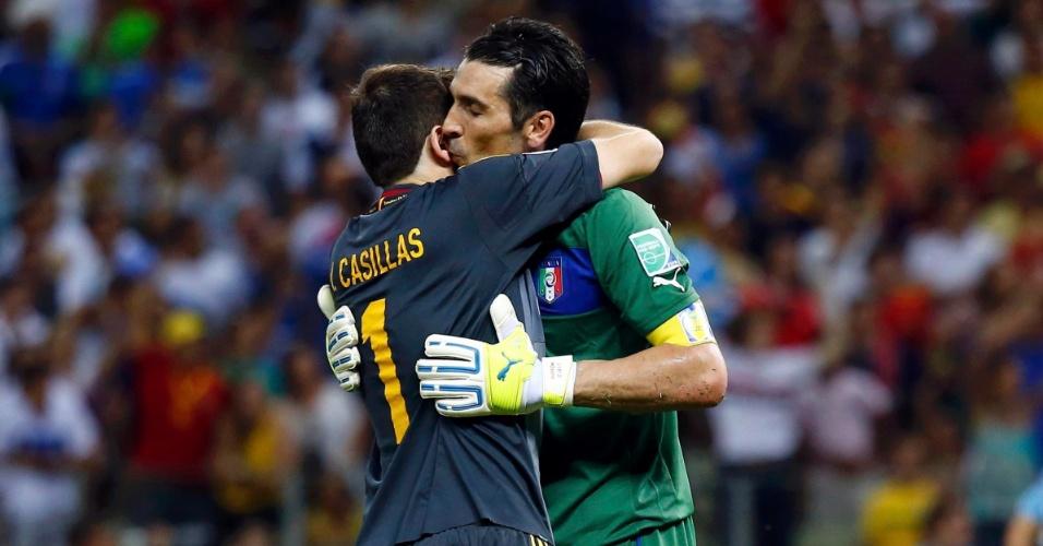 27.jun.2013 - Iker Casillas e Gianluigi Buffon se abraçam após a Espanha vencer a Itália nos pênaltis na semifinal da Copa das Confederações no Castelão
