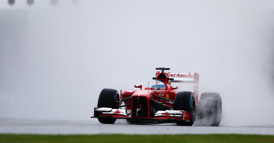 28.jun.2013 - Fernando Alonso acelera sua Ferrari pelapista de Silverstone durante treinos livres para o GP da Grã-Bretanha