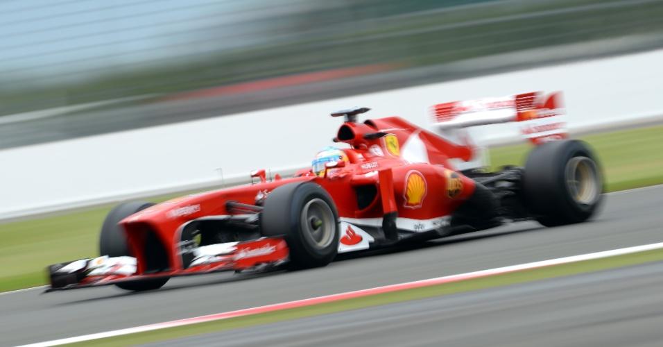 28.jun.2013 - Fernando Alonso acelera sua Ferrari pelo circuito de Silverstone durante treinos livres no circuito britânico
