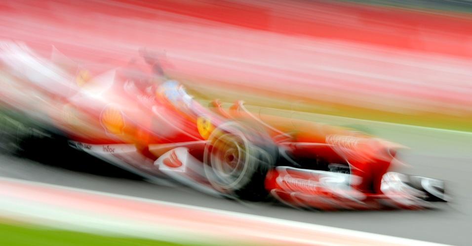 28.jun.2013 - Fernando Alonso pilota sua Ferrari pelo circuito de Silverstone durante treinos livres
