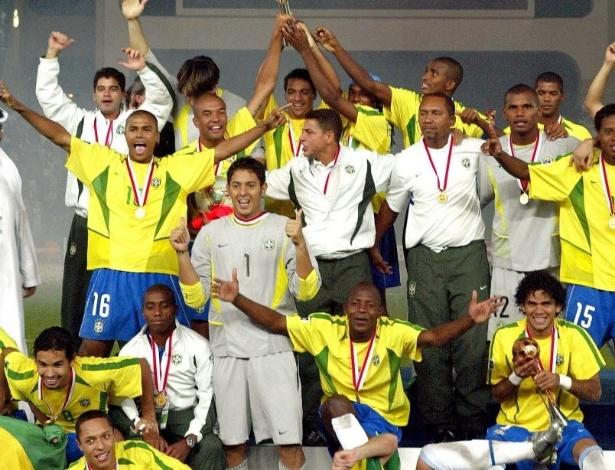 28.jun.2013 - Goleiro Jefferson, lateral Daniel Alves e jogadores da seleção brasileira comemoram vitória no Mundial Sub-20 de 2003 após vitória sobre a Espanha, em Abu Dhabi