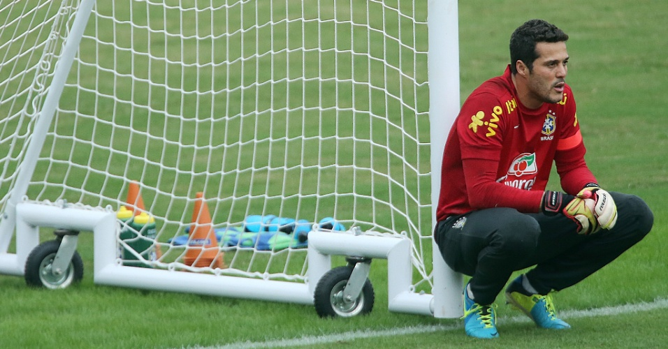 28.jun.2013 - Goleiro Julio Cesar descansa durante o treino da seleção brasileira em São Januário