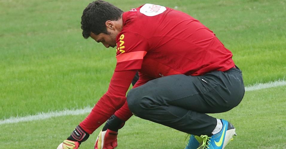 28.jun.2013 - Goleiro Julio Cesar se agacha durante o treino da seleção brasileira em São Januário