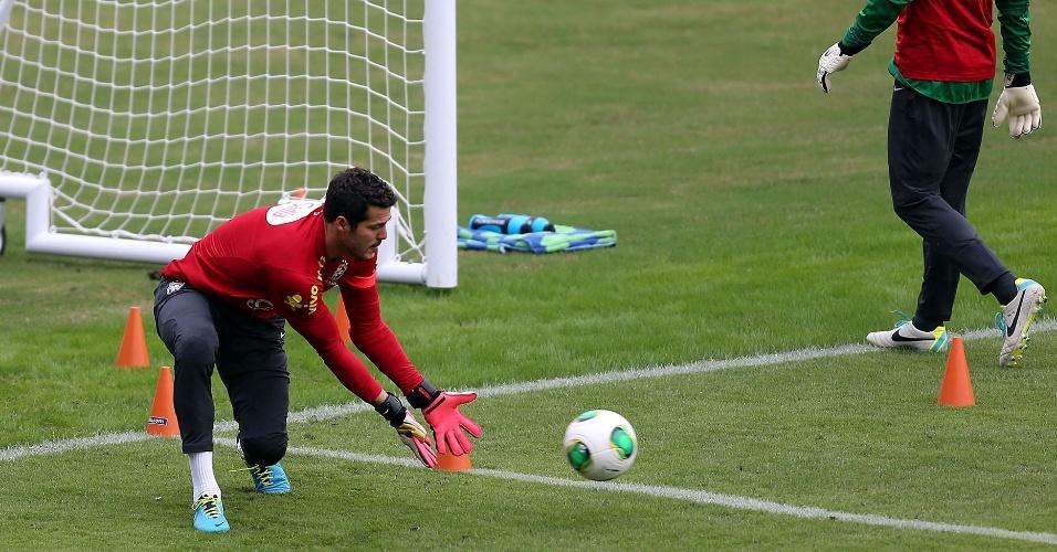 28.jun.2013 - Goleiro Julio Cesar se prepara para fazer a defesa durante treino em São Januário