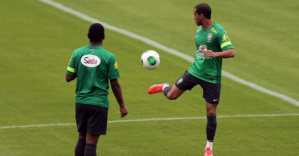 28.jun.2013 - Lucas bate bola durante treinamento da seleção no estádio de São Januário