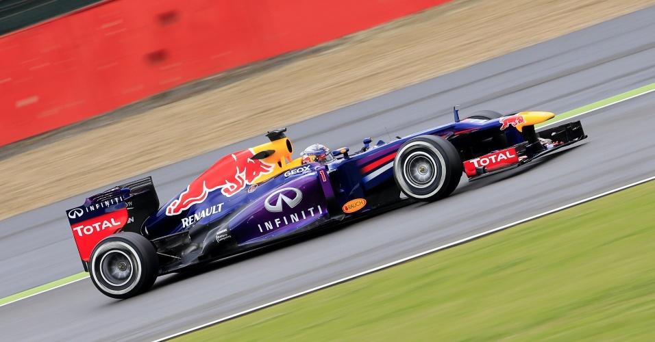 28.jun.2013 - Sebastian Vettel acelera sua Red Bull no circuito de Silverstone durante treinos livres