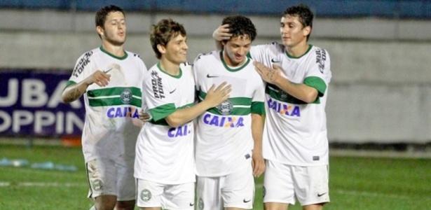 Arthur comemora com os companheiros o gol do Coritiba sobre o Taubaté em SP (27/06/2014)