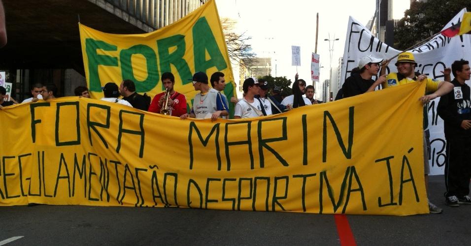 29-06-2013 - Grupo fecha a Avenida Paulista para pedir a saída de José Maria Marin da CBF