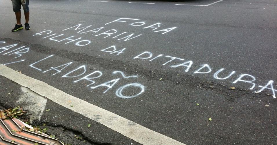 29-06-2013 - Manifestantes picham a rua pedindo a saída de Marin da CBF