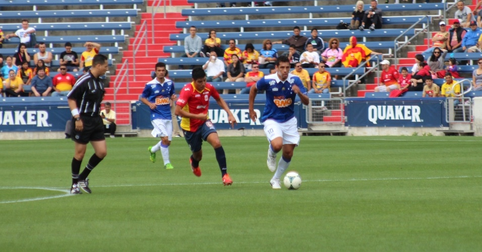 29 jun 2013 - Meia-atacante Diego Souza durante o amistoso do Cruzeiro contra o Morelia, em Chicago