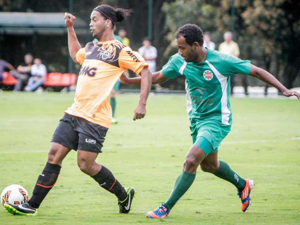 29 jun 2013 - Ronaldinho Gaúcho em ação durante jogo-treino do Atlético-MG contra Ipatinga, na Cidade do Galo