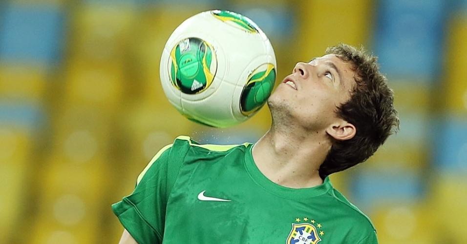 29.jun.2013 - Bernard faz embaixadinhas durante o último treino da seleção brasileira antes da final contra a Espanha