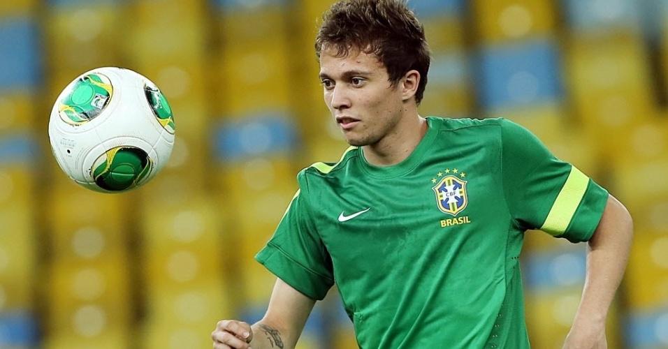 29.jun.2013 - Bernard observa a bola durante treino da seleção brasileira no Maracanã