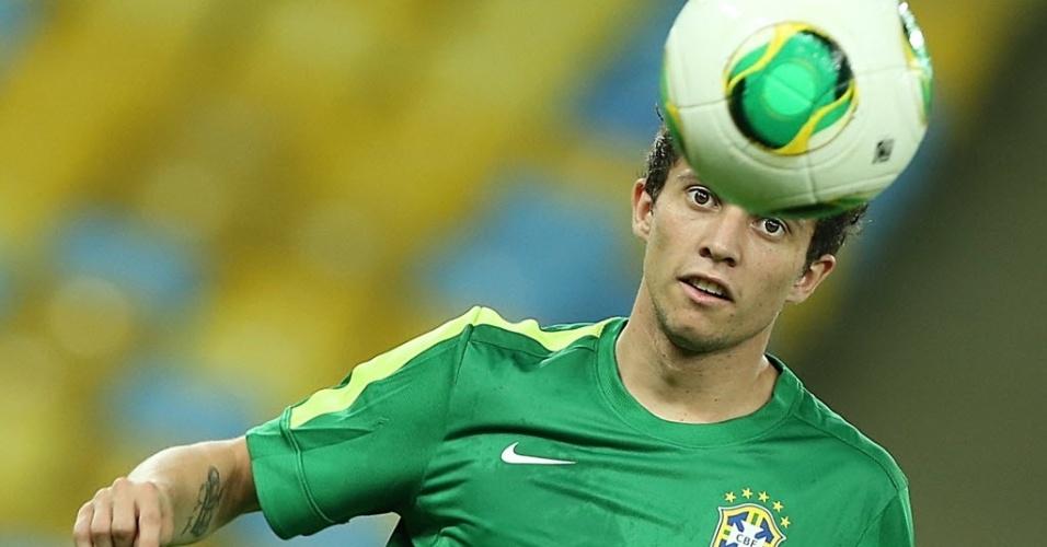 29.jun.2013 - Bernard observa a bola para tentar dominá-la durante o último treino da seleção brasileira antes da final com a Espanha