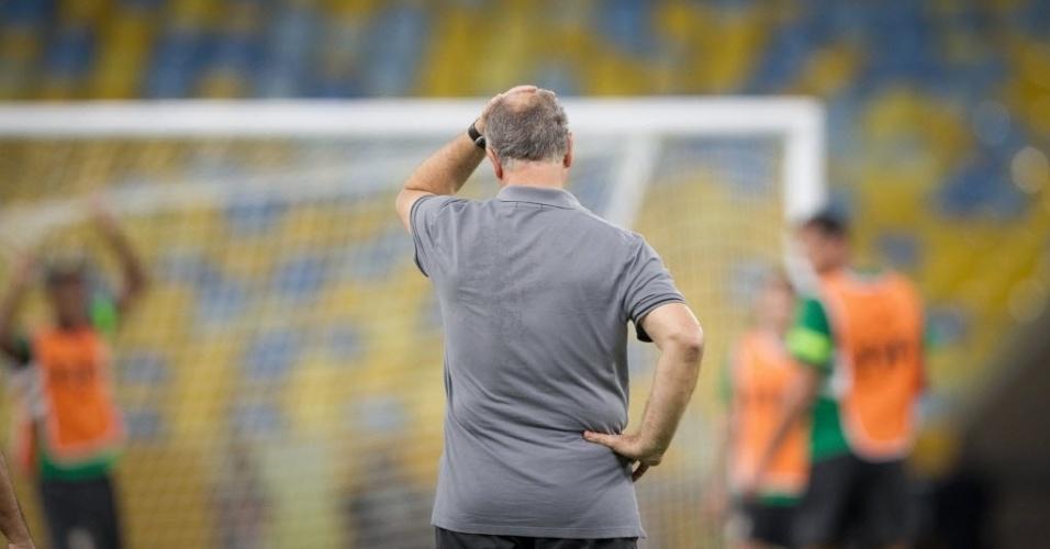 29.jun.2013 - Felipão observa o último treino da seleção brasileira antes da final da Copa das Confederações contra a Espanha
