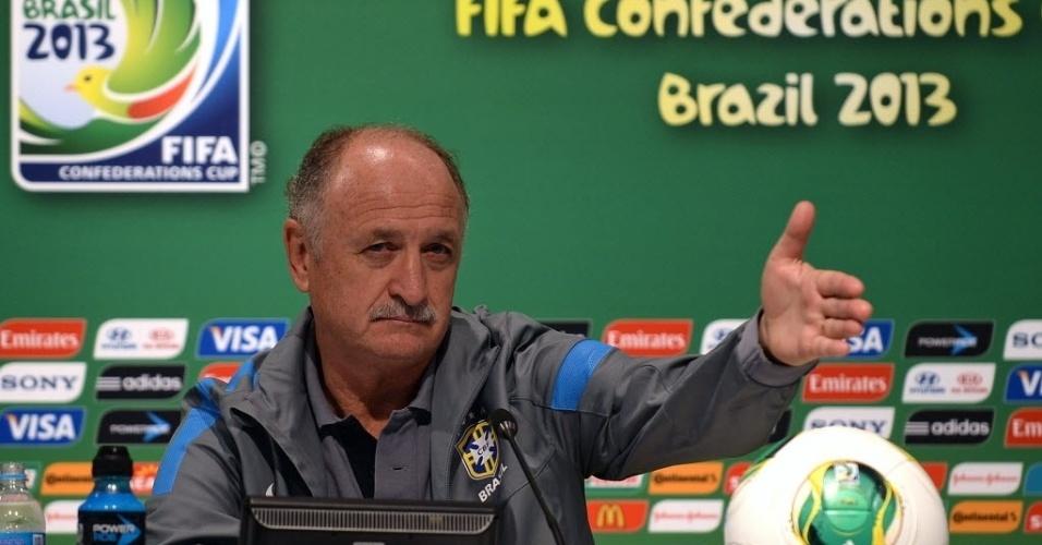 29.jun.2013 - Felipão, treinador da seleção brasileira, gesticula durante entrevista coletiva no Rio de Janeiro