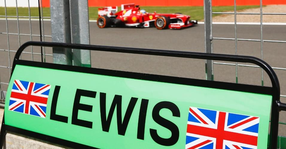 29.jun.2013 - Fernando Alonso passa em frente ao box da Mercedes durante treino de classificação para o GP da Inglaterra em Silverstone