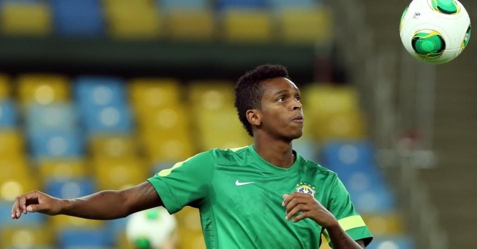 29.jun.2013 - Jô observa a bola para tentar dominá-la durante o treino da seleção brasileira no Maracanã