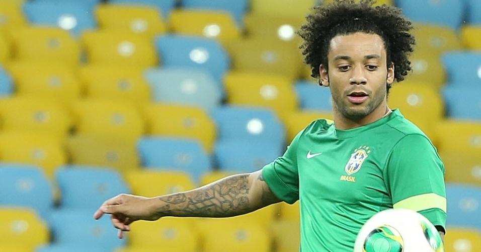 29.jun.2013 - Lateral Marcelo faz embaixadinhas durante o último treino da seleção brasileira antes da final contra a Espanha