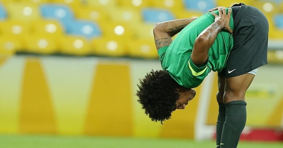 29.jun.2013 - Dante faz alongamento durante treino da seleção brasileira no Maracanã