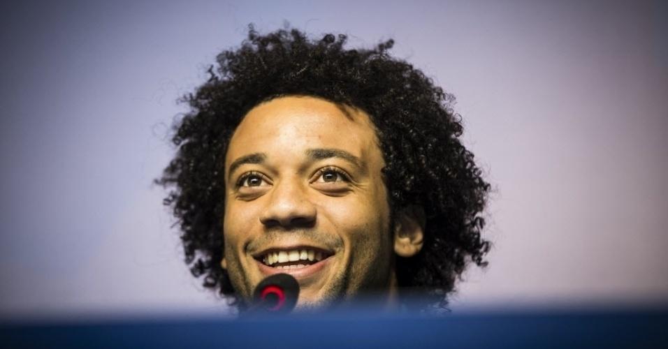 29.jun.2013 - Marcelo, lateral da seleção do Brasil, conversa com a imprensa em coletiva no Rio de Janeiro